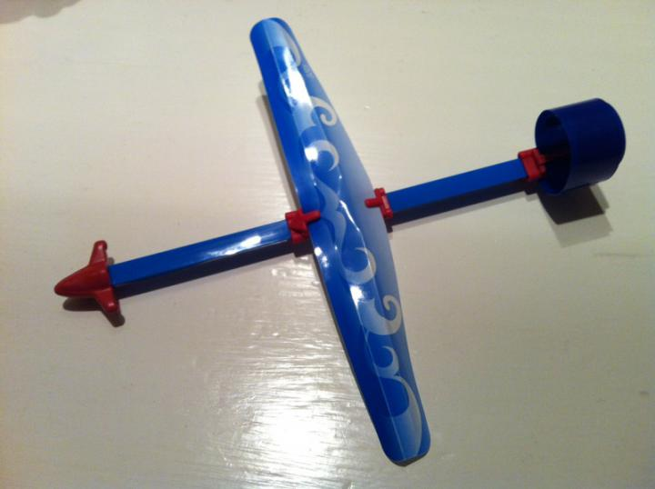 Aeroplano con hélice de huevo sorpresa kinder